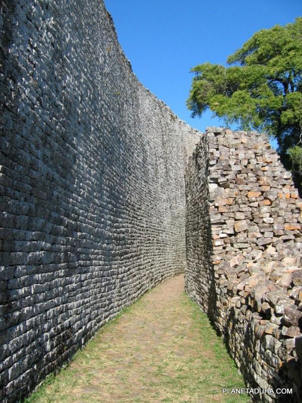 стены городища Большой Зимбабве