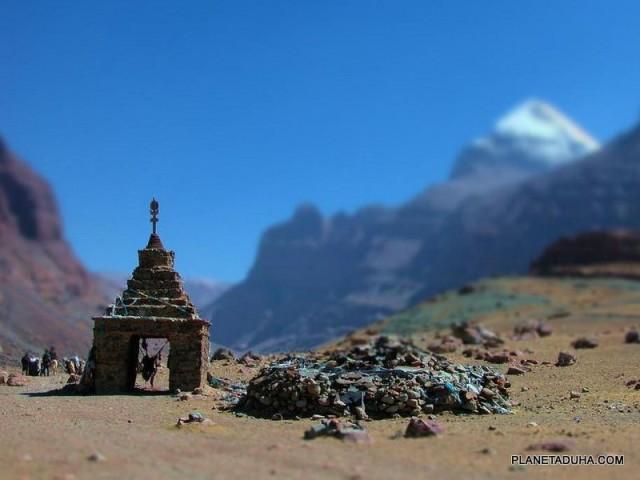 У подножия горы Кайлас (Kailash)