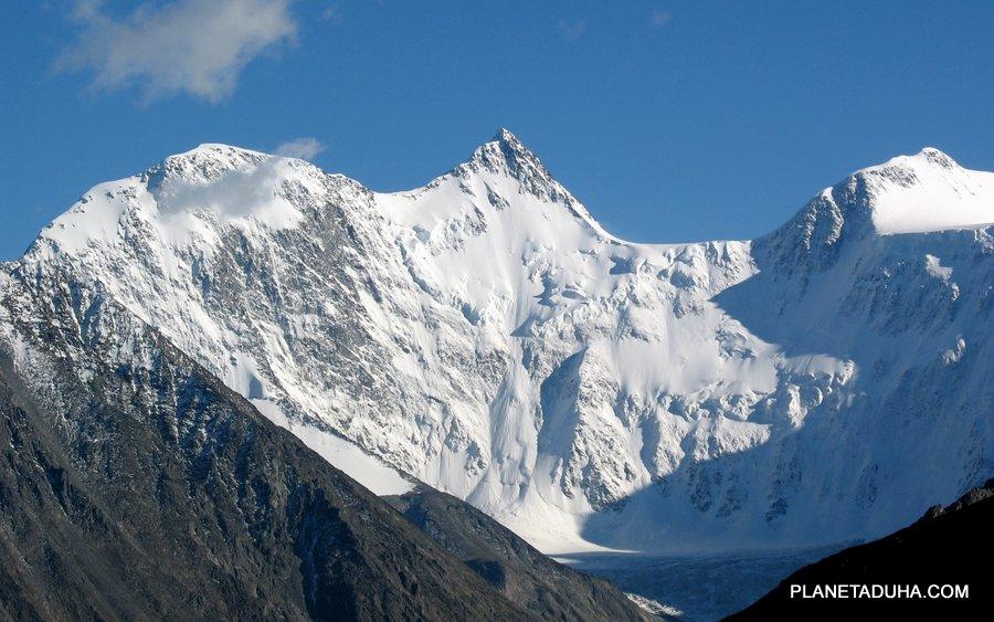 По центру остроконечная вершина - Белуха Восточная