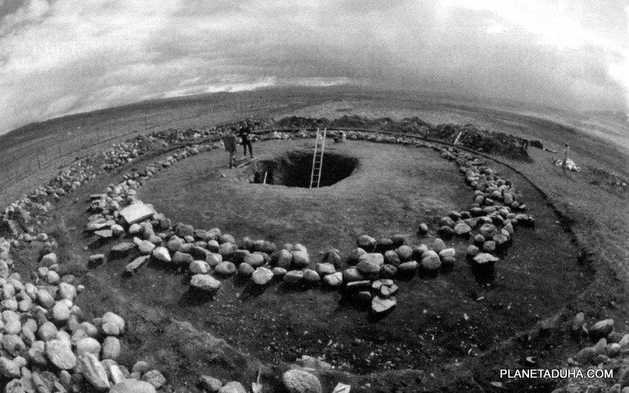 Расчищенная площадь кургана могильника Ак-Алах, с могилой в центре.