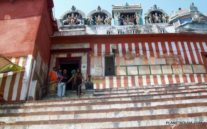 Ступени храма Кедарешвар в Варанаси