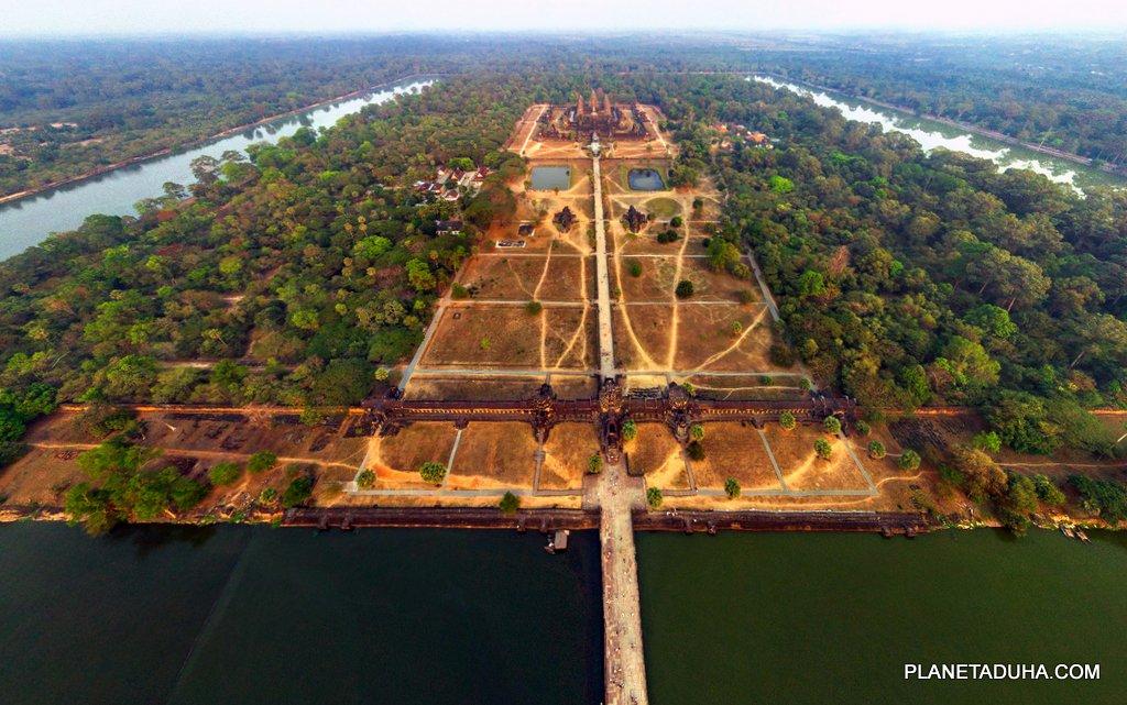 Главный вход в Ангкор-Ват с западной стороны