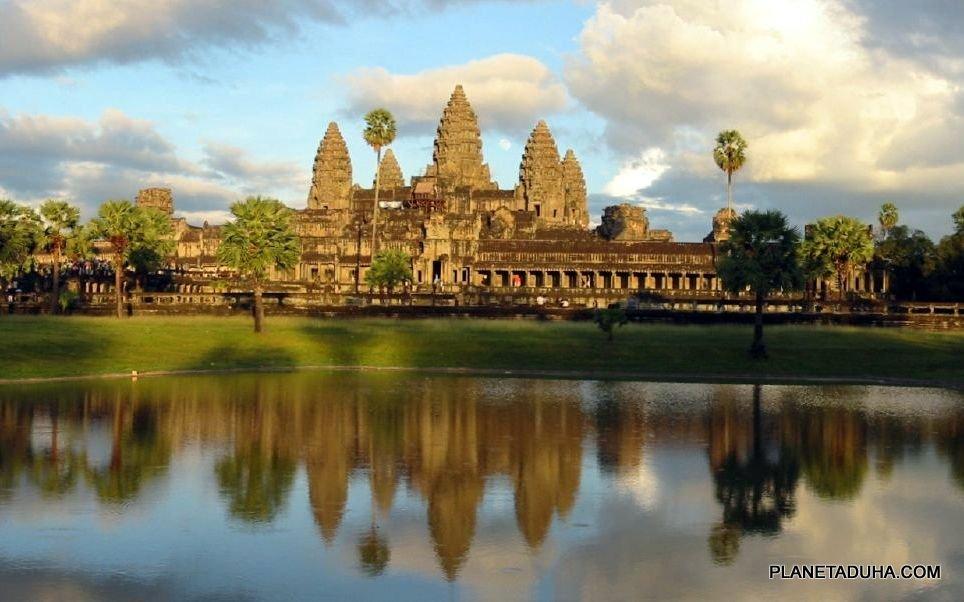 Вид на Ангкор-Ват с северо-западной стороны (отражение в воде)