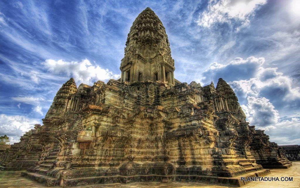 Величественная центральная башня Ангкор-Вата