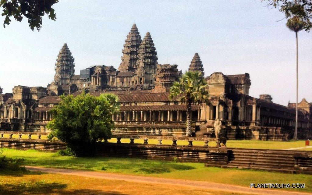 Вид на Ангкор-Ват с северо-восточной стороны здания