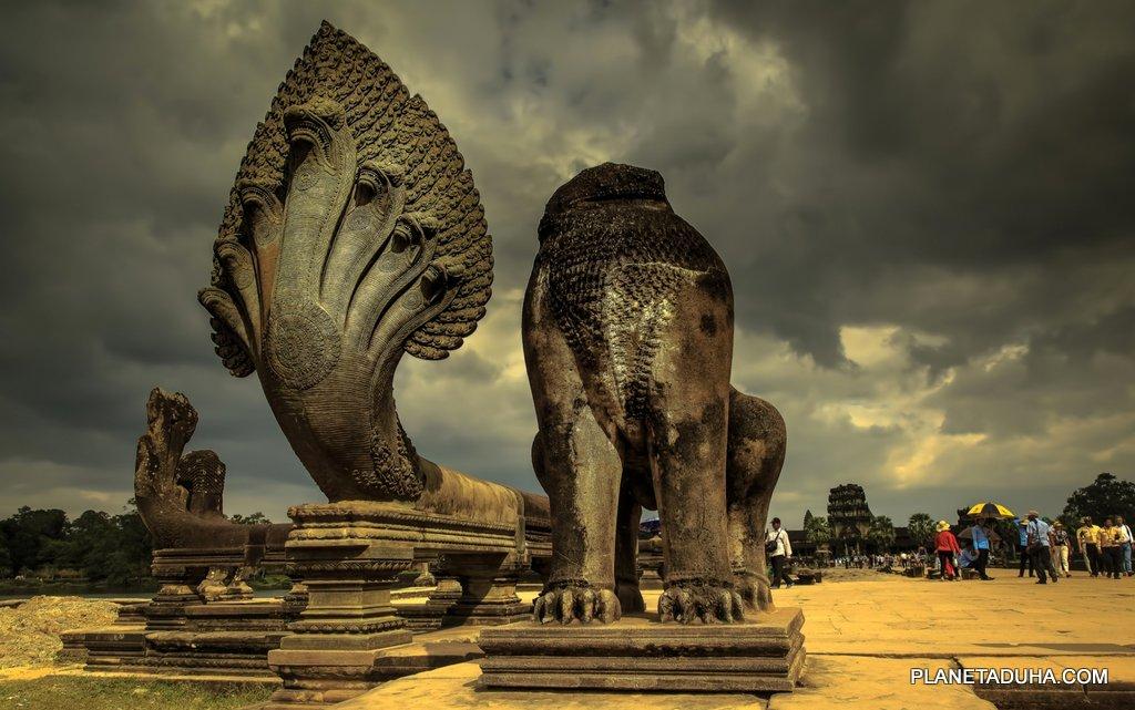 Скульптуры семиглавых змей по дороге к храму