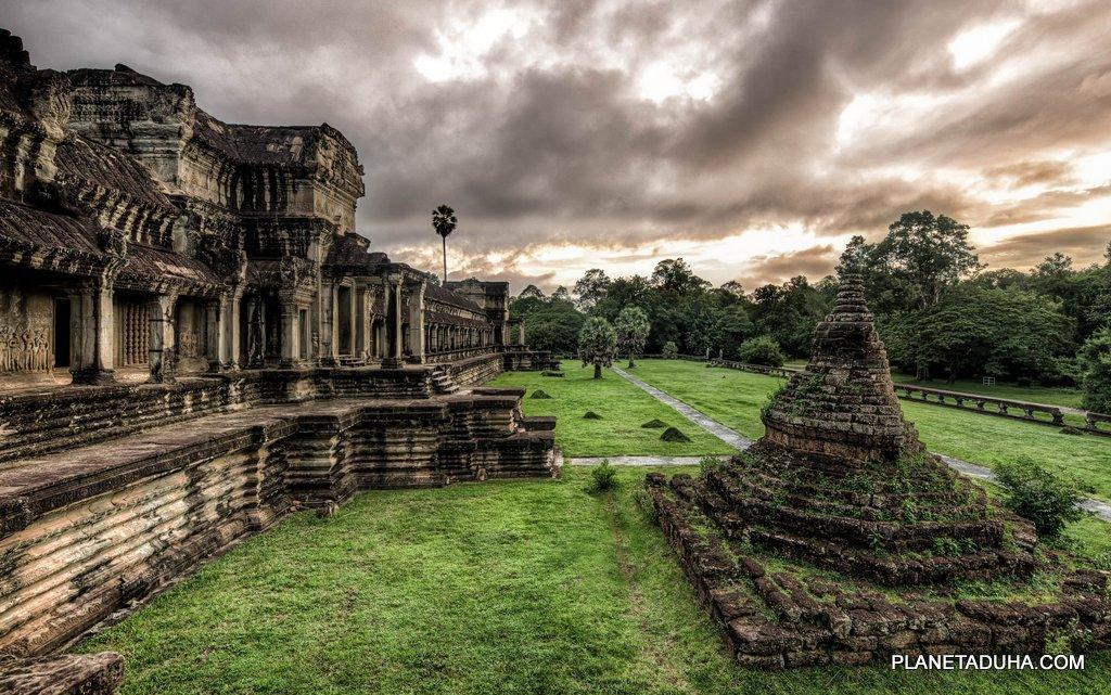 Редкий снимок стены храма когда нет туристов и контрастное небо