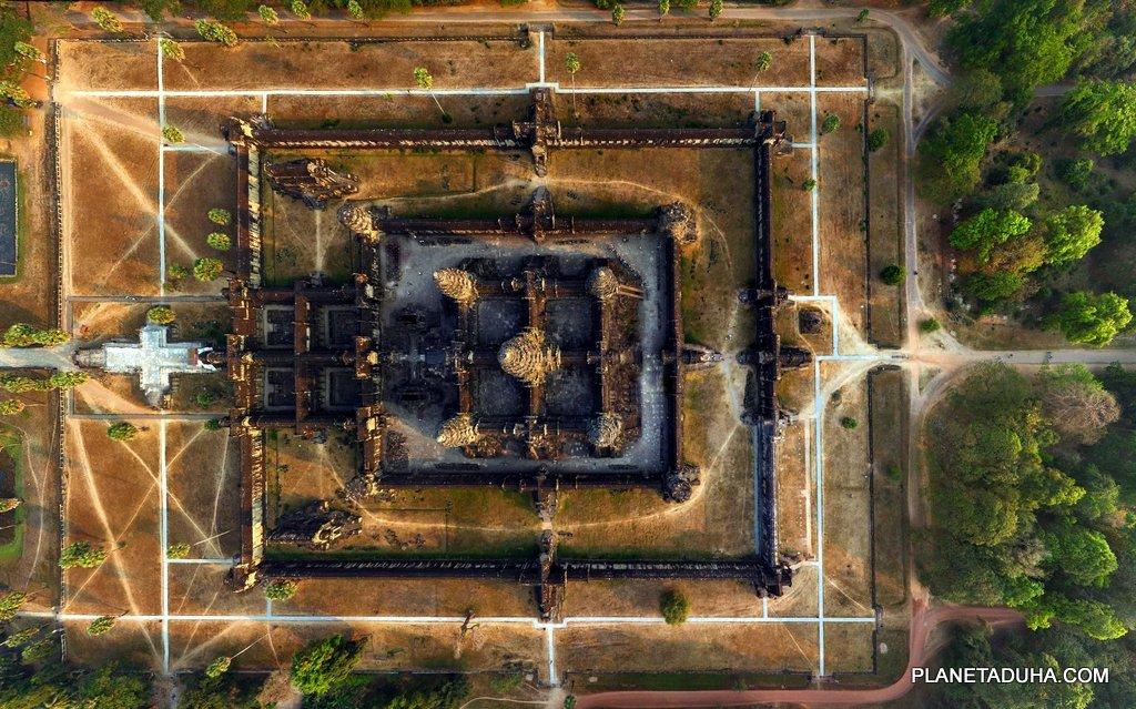 Вид сверху на Ангкор-Ват (Высота 200 метров)