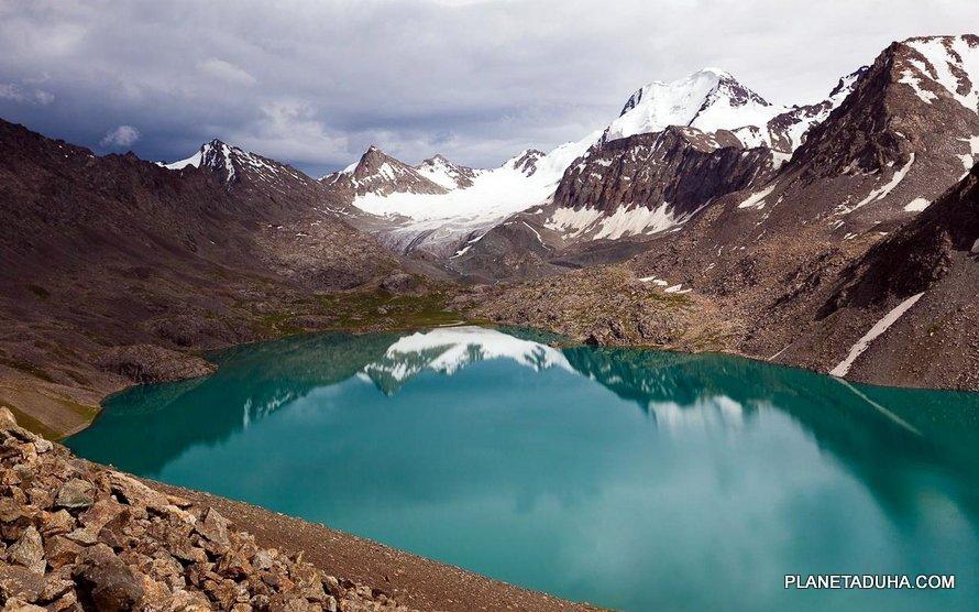 """Озеро Ала-Кёль в переводе означает """"Пёстрое озеро"""" (3532м)"""