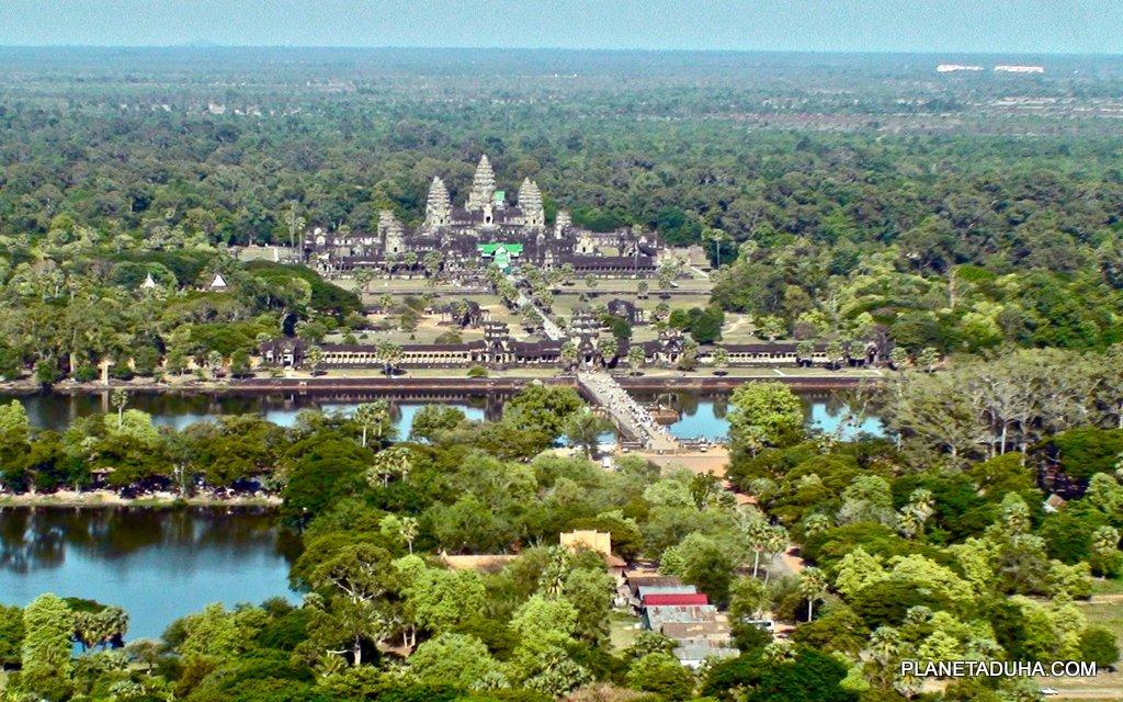 Всю территорию Ангкора поглотили джунгли, расчищена только территория вокруг храмов