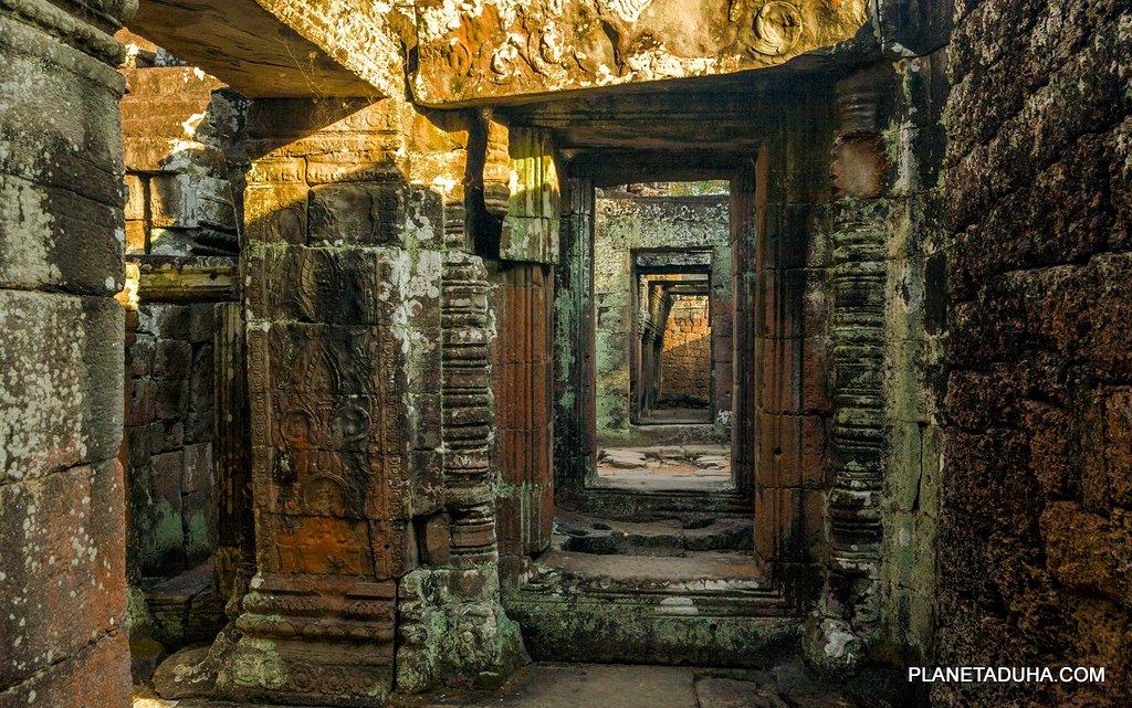 Внутренние переходы в разных храмах Ангкора очень похожи