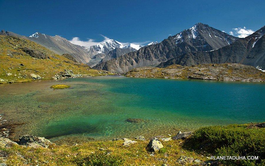 Кристально-бирюзовая вода высокогорных озер Алтая