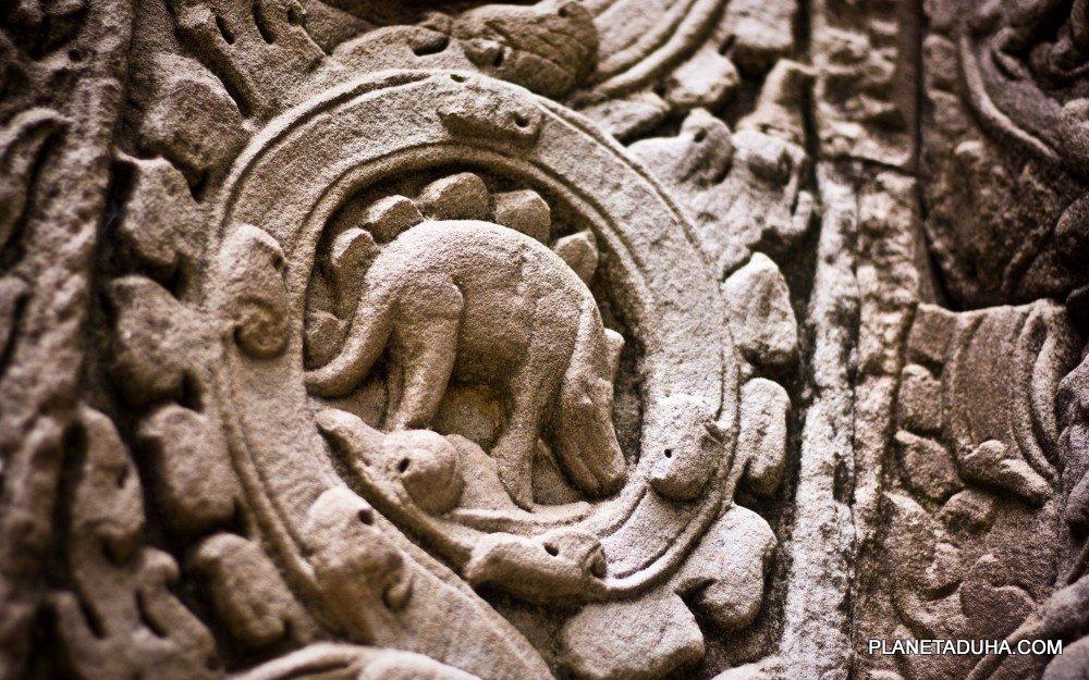 Барельеф с изображением Стегозавра на одной из колон Ангкор-Вата