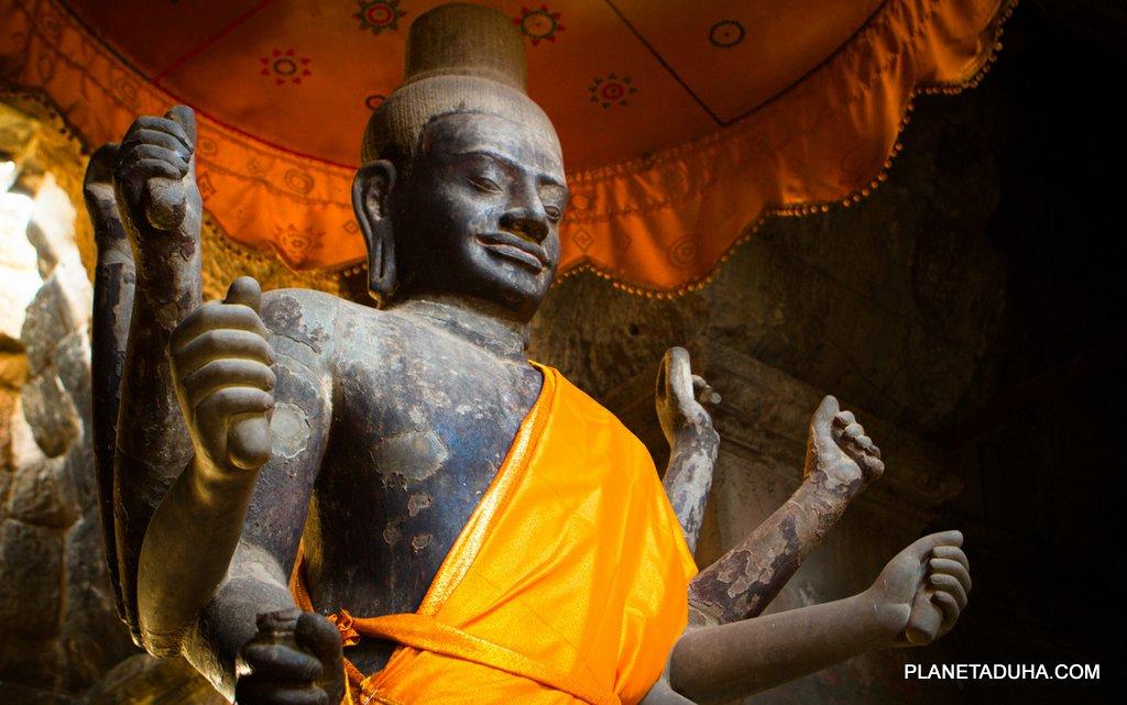 Большая статуя десятирукого бога Вишну - Храм Ангкор-Ват