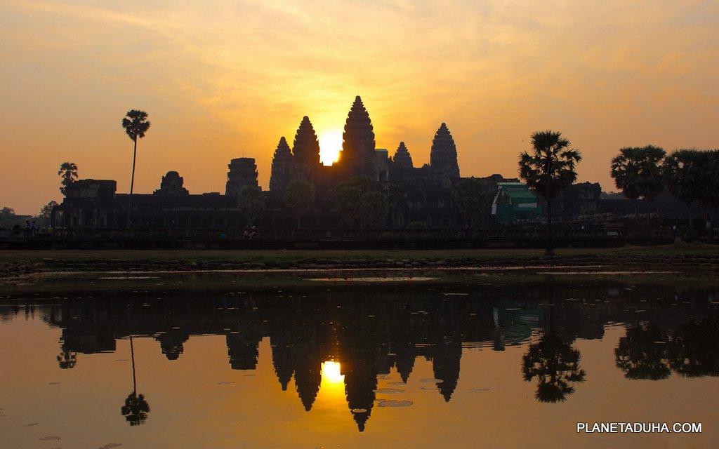 Завораживающая картина восхода солнца над храмом Ангкор-Ват