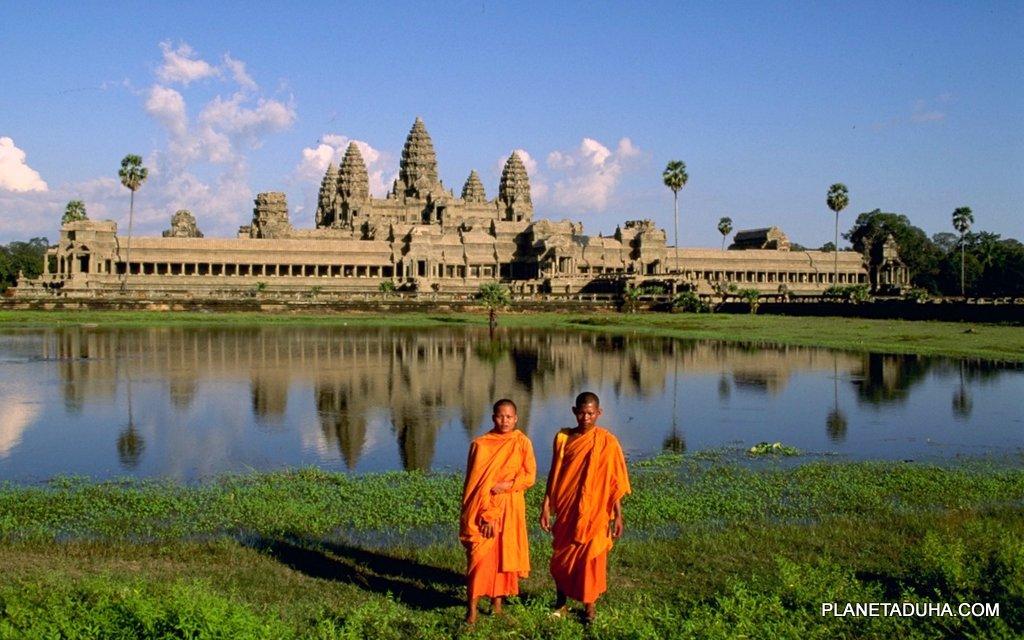 Наряду с туристами, буддийские монахи частые гости в Ангкор-Ват