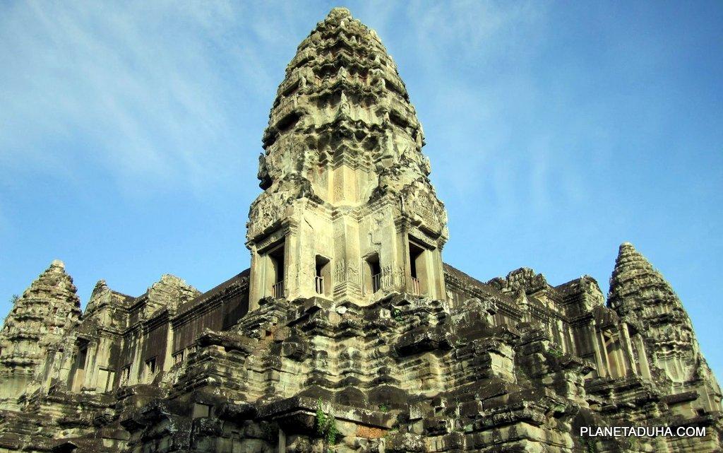 Одна из четырех больших угловых башен Ангкор-Вата