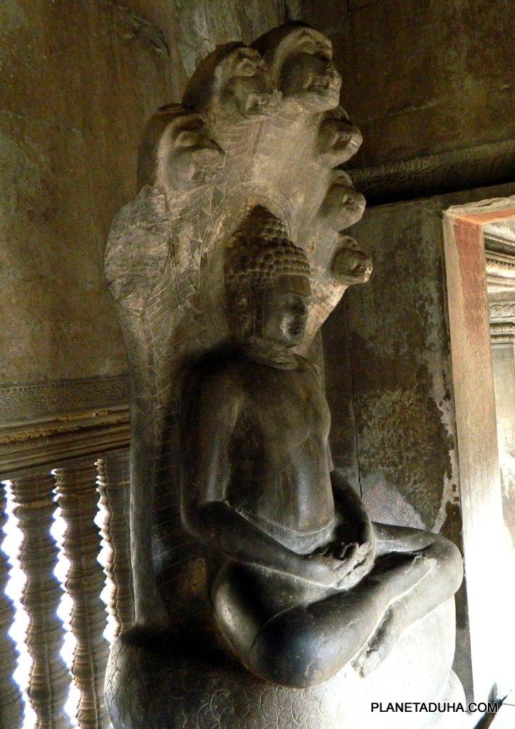 Одна из статуй будды внутри храма