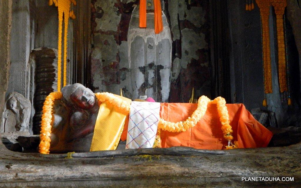 """""""Будда спит"""" - Эта статуя будды, место особого почитания для буддистов в Ангкор-Вате"""